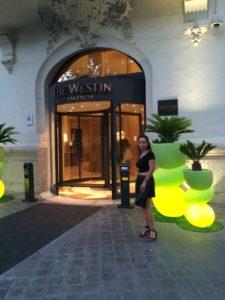 Sonia en la puerta del Westin