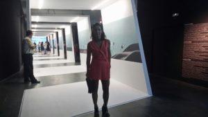 Sonia frente al tunel del tiempo de la exposición de Quique Dacosta