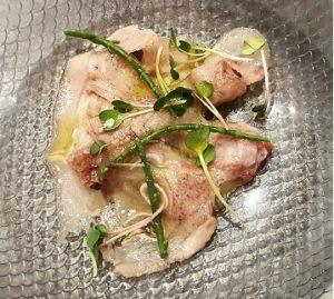 Atún marinado con guacamole y careta de cerdo menuvlcgastro qbarella by Sonia Selma