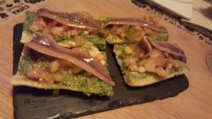 Tosta con pesto y anchoa del Cantábrico by latasquetaruzafa Sonia Selma 08072016