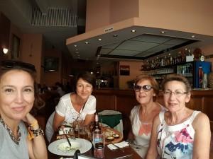 Comiendo codillo en Zlatá Lyra con Pili Toñi y Maribel Praga