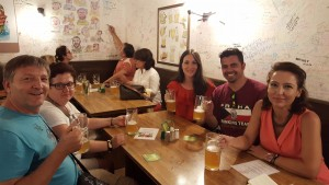 Cerveza en Pivnice u Pivrnce Sonia Selma en Praga Ago16