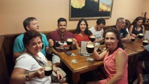 Cerveza negra en Zlata Lyra Sonia Selma en Praga Ago16 2