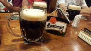 Cerveza negra en Zlata Lyra Sonia Selma en Praga Ago16